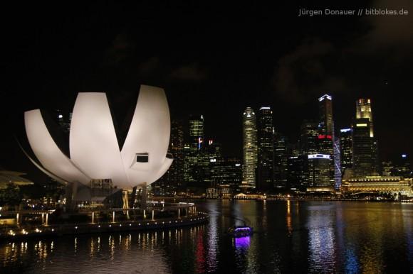 Singapurs Skyline mit dem ArtScience-Museum - das Gebäude, das wie eine Blüte aussieht.