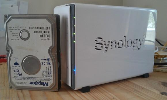 Hier das Synology 212j im Größen-Vergleich zu einer alten IDE-Maxtor-Platte