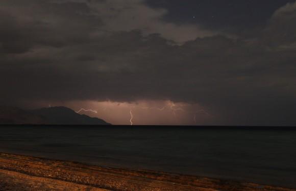 Blitze über Bergen und Ozean