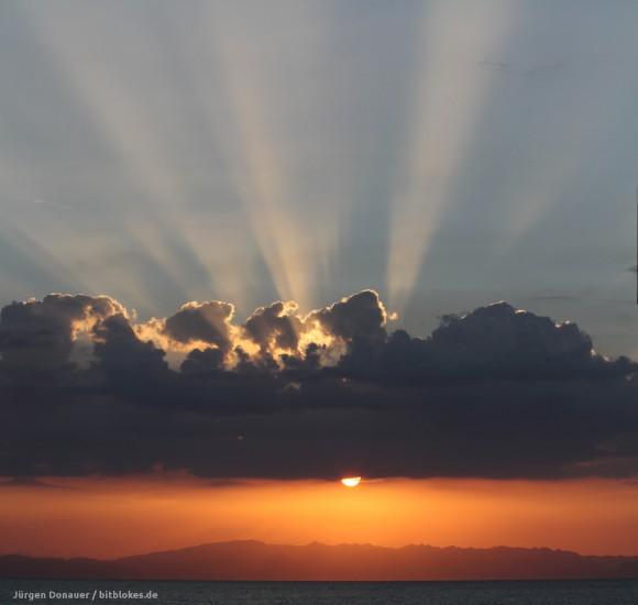 Sonnenaufgang über den Bergen Saudi-Arabiens von Dahab aus gesehen