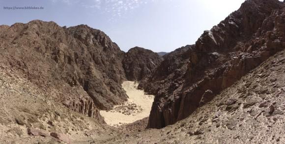 Nach der Düne geht es durch dieses Wadi