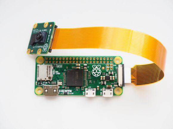 Raspberry Pi Zero mit angeschlossener Kamera (Quelle: raspberrypi.org)