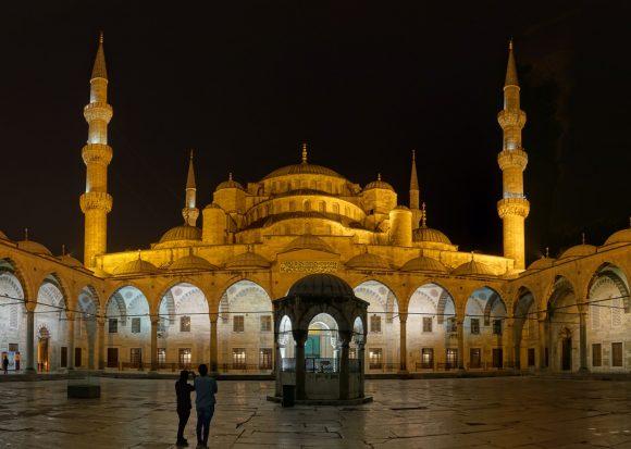 Innenhof der Blauen Moschee oder Sultan-Ahmed-Moschee bei Nacht