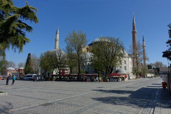 Hagia Sofia im Herzen von Istanbul etwas von Bäumen verdeckt