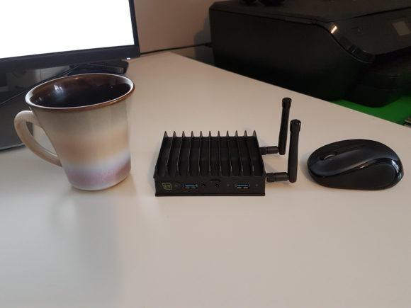 Mintbox Mini 2 neben einer Tasse und einer Maus (Quelle: linuxmint.com)