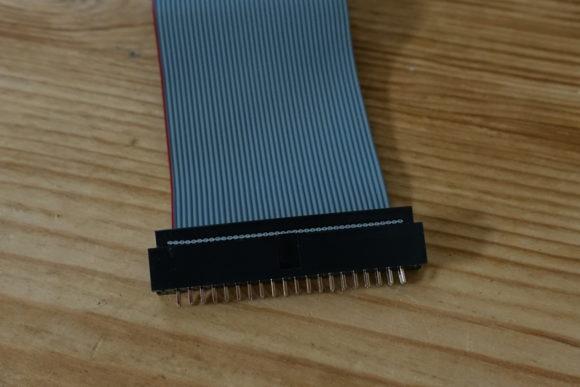 Adapter an Flachbandkabel angebracht