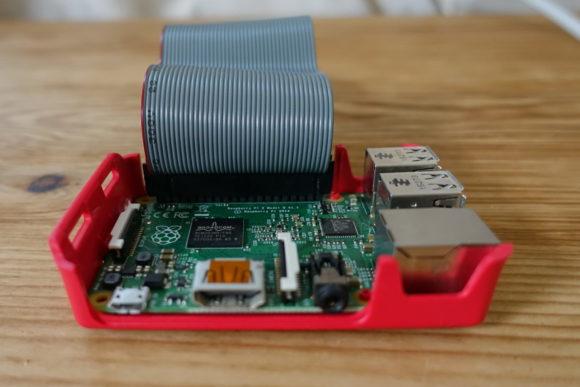 Flachbandkabel an der GPIO-Schnitstelle des Raspberry Pi befestigt