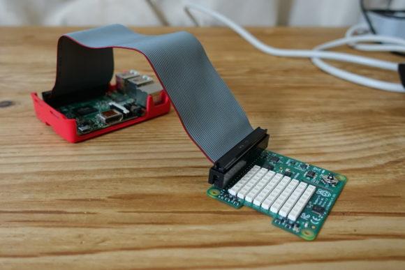 Flachbandkabel an den Sense Hat angeschlossen
