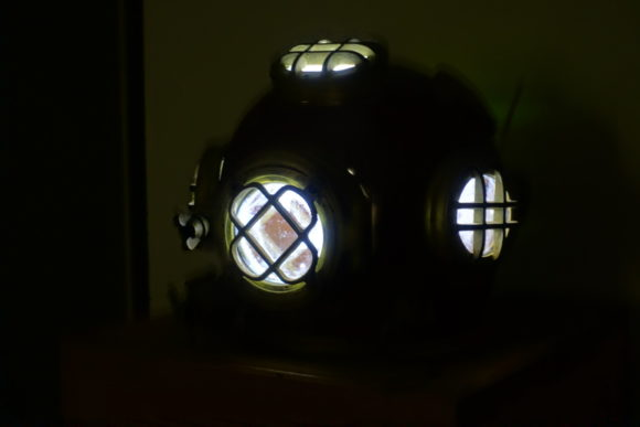 Der beleuchtete Taucher-Helm