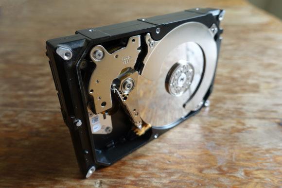 Defekte Festplatte als Briefbeschwerer