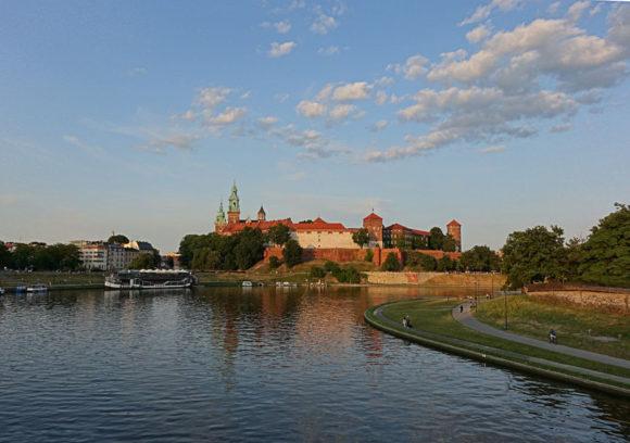 Während der goldenen Stunde ein Blick auf das Wawel Royal Castle in Krakau