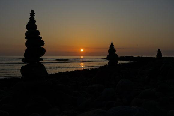 Sonnenuntergang mit Steinmännchen