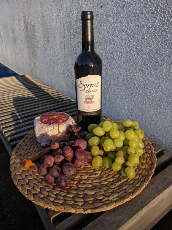 Rotwein, Trauben und Käse – göttliche Kombination