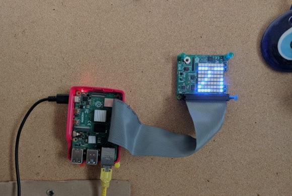 Raspberry Pi und Sense HAT (mit Flachbandkabel nach außen gelegt) – eine funktionierende Wetterstation