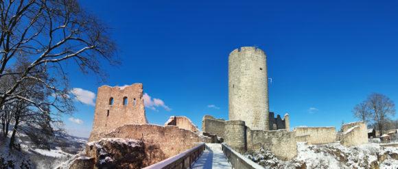 Burgruine Wolfstein an einem sonnigen Tag