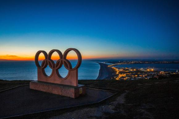 Die Ringe – das Wahrzeichen der Olympischen Spiele (Quelle: https://www.pexels.com/photo/city-dawn-dusk-night-236937/)
